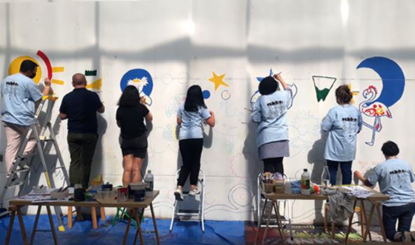 Première après-midi peinture pour la fresque de la halte garderie !